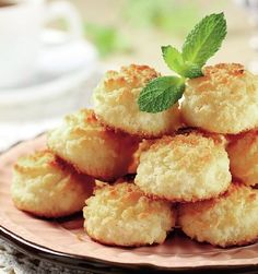 These easy coconut macaroons are a family favorite, and make a great last minute gift for friends! Grape Recipes, Sweet Recipes, Party Food Meatballs, Cookie Recipes, Dessert Recipes, Romanian Desserts, Macaroon Recipes, Good Food, Yummy Food