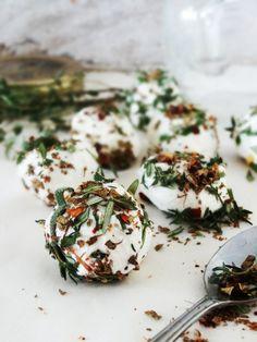 Gemarineerde geitenkaas met tijm, rozemarijn en olijfolie