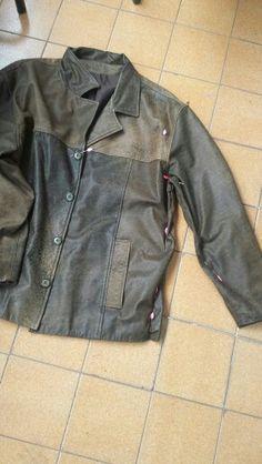 Ajustes na lateral, ombro e mangas em jaqueta de couro.  Aproveite que o frio está chegando e venha nos visitar.  Acesse nosso site www.elcosturas.com.br
