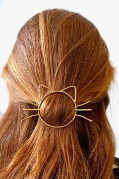 glatte, kupferrote Haare, auffälliger Haarschmuck Katze, Rotton auswählen und Haare färben