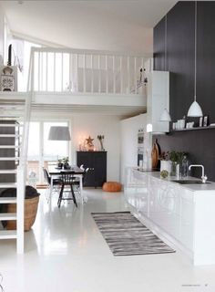 mur noir et cuisine blanche, plancher peint blanc