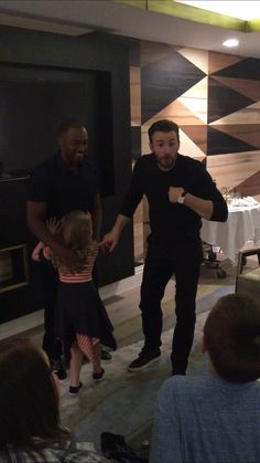 Anthony Mackie and Chris Evans with a little cutie *so cute* Capitan America Chris Evans, Chris Evans Captain America, The Avengers, Steve Rogers, Sebastian Stan, Bucky, Captan America, Mckenna Grace, Christopher Evans