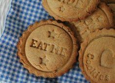 Μπισκότα με μαύρη ζάχαρη και τζίντζερ Εύκολα να γίνουν και με λίγες θερμίδες.