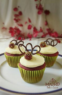 Red Velvet cupcake con decoraciones de mini cakeball y topper de chocolate. Simple y elegante.