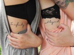 tatouage phrase en couple femmes