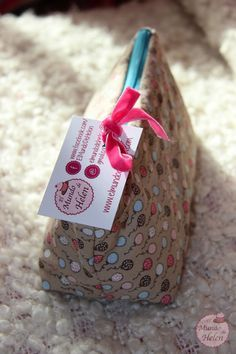 Tutorial para hacer una bolsa/neceser para maquillaje - El mundo de Helen Sewing Crafts, Sewing Projects, Diy Pochette, Diy Clutch, Quilted Gifts, Diy Bags Purses, Patchwork Bags, Patchwork Ideas, Craft Bags