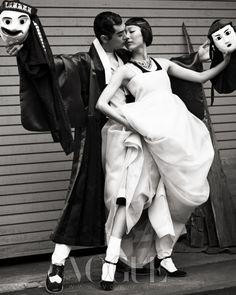(Calvin Klein Collection), 서스는 H&M, 도포는 한복 린(Lynn), 나(Dolce&Gabbana).  차이 김영진(Chai Kim Youngjin), 검정 톱은 릭 오웬스(Rick Owens), 나(Ferry&Sona), 슈즈는 레페토(Repetto).