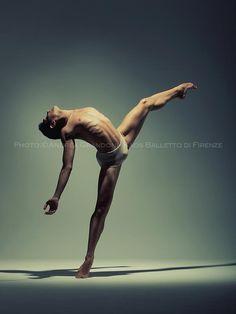 Dancer: Yoav Bosidan      (via TumbleOn)