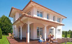 Ein Zuhause wie im Urlaub - Wie eine mallorquinische Villa präsentiert sich das Fertighaus Haas MH Poing 187 von Haas Haus. Das in changierenden Terrakotta-Tönen eingedeckte Walmda...