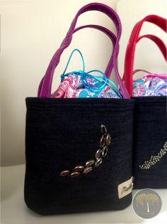 Lunch Bag - pecičkový Z limitované edice Exclusive Collection. Základem se stala černá džínovina, doplněná fialovými matnými uchy, dekorovaná kovovými pecičkami. Její krása je zvýrazněna fialovo-růžovo-tyrkysovo-bílou vnitřní vrstvou. Vnitřní strana Lunch Bagu je opatřena speciálním nepromokavým, ale zároveň velmi luxusním materiál, aby nedocházelo k ... Chanel, Lunch, Tote Bag, Bags, Fashion, Handbags, Moda, Fashion Styles, Eat Lunch