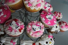 hello kitty cupcakes!! MmmmMmmm