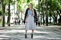 blogmylittleway.com Look do dia - t-shirt + saia midi Total cinza