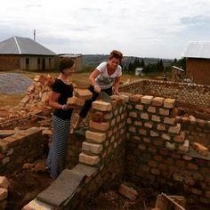Be More • Onze collega's in #uganda helpen een handje mee met de bouw van het hostel van ons partnerproject Foundation Of Hope! Zet 'm op ladies @chanuganda & Wilma!#bemore #bouw #foho #uganda #vrijwilligerswerk #afrika