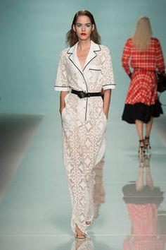 Emanuel Ungaro – Der Out-of-Bed-Look ist aus der Haarmode schon lange nicht mehr wegzudenken. Neu ist er in der High Fashion. Die Looks vom Laufsteg haben Nachthemden zu Vorbild und sind der neue Trend für die Frühjahrs- und Sommermode.