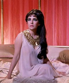 "Elizabeth Taylor in ""Cleopatra"" Elizabeth Taylor Jewelry, Elizabeth Taylor Cleopatra, Golden Age Of Hollywood, Old Hollywood, Hollywood Actresses, Most Beautiful Women, Beautiful People, Image Blog, Classic Hollywood"