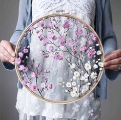 flowers How to make embroidery hoop art with dried flowers - From Britain with Love Comment faire de l'art du cerceau de broderie avec des fleurs sches. Embroidery Hoop Crafts, Flower Embroidery Designs, Simple Embroidery, Hand Embroidery Stitches, Ribbon Embroidery, Knitting Stitches, Embroidery Ideas, Diy With Embroidery Hoop, Geometric Embroidery