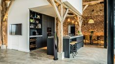 Converting an old farm into a warm industrial farmhouse with big view on an old brick wall, original wooden beams and the beautiful area… Warm Industrial, Industrial Farmhouse, Industrial Interiors, Modern Farmhouse, Farmhouse Style, Farmhouse Interior, Industrial Shop, Industrial Bookshelf, Industrial Restaurant