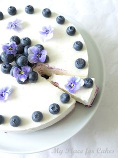 Bastognekage med skyr og blåbær (Recipe in Danish) Cheesecake Recipes, Dessert Recipes, Scandinavian Food, Danish Food, Food Crush, Ice Cream Desserts, Cakes And More, Let Them Eat Cake, Beautiful Cakes