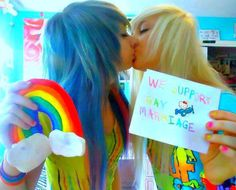 "It may be hard to see,but the sign they are holding says ""WE SUPPORT GAY MARRIAGE"" I do as well. Love is love,and gay rights are human rights Emo Love, Cute Emo, Emo Couples, Scene Couples, Punk, Emo Pictures, Hair Pictures, Emo People, Grunge"