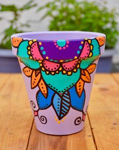 Maceta morada mándala Painted Rock Cactus, Painted Plant Pots, Painted Flower Pots, Flower Pot Art, Flower Pot Design, Recycled Crafts, Handmade Crafts, Diy And Crafts, Mexican Flowers