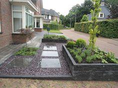 Stone Garden Paths, Garden Edging, Garden Stones, Small Backyard Gardens, Back Gardens, Backyard Landscaping, Back Garden Design, Diy Garden Projects, Garden Inspiration