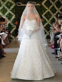 57c3f9bd259 Oscar de la Renta 2013 Ivory chantilly leaf lace sweetheart gown with lace  flower applique. Ivory chantilly leaf lace tulle cathedral veil