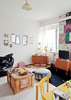 Yksiön huoneessa sänky toimii myös sohvana. Fatboy on mukava löhöilypaikka, kun ystäviä tulee kylään. POIMI IDEA: Jos vuokranantaja ei anna käsitellä seinäpintaa, sitä voi peittää erilaisilla tapettien näytepalasilla. | Iloinen aarreaitta | Koti ja keittiö