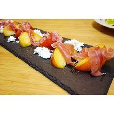 晩御飯。アメリア💁🏼作の秋姫(プラム)と生ハム、カッテージチーズのサラダ。これは美味い😎 #meallog #food #foodporn #tw