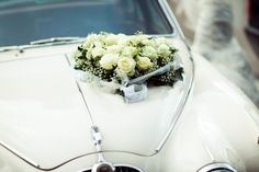 Ein Jaguar Oldtimer in weiß ist die perfekte romantische Hochzeitslimousine wie wir finden, was meint ihr? Jaguar, Wedding Dresses, Antique Cars, Bridal Dresses, Bridal Gowns, Wedding Gowns, Weding Dresses, Wedding Dress