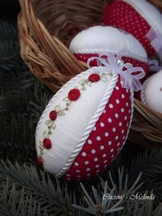 Csicsóné - Xszemekkel az életem / Разное / Пасха / Pinm… na Stylowi.pl Christmas Cover, Diy Christmas Ornaments, Easter Egg Crafts, Easter Eggs, Easter Flower Arrangements, Seed Bead Crafts, Ladybug Crafts, Easter Egg Designs, Fabric Ornaments