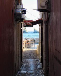 Shortcut to the sea #Parga #canon100d #eos100d #canon #visitgreece #latergram #wanderlust #globetrotter #vscotravel #vscocam #travelgram #citybythesea #alley