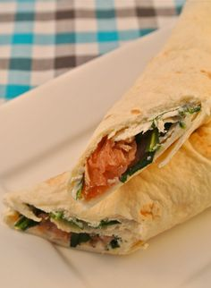 Wraps met zalm, roomkaas en rucola - Lekker en Simpel Healthy Sandwiches, Sandwiches For Lunch, Delicious Sandwiches, Healthy Vegan Breakfast, Healthy Cooking, Healthy Food, I Love Food, Good Food, Yummy Food
