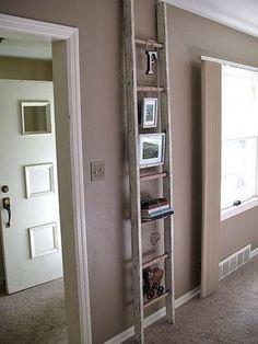 Mooie ladder als leuke decoratie helemaal rechtop van vloer tot plafond geeft een mooi effect