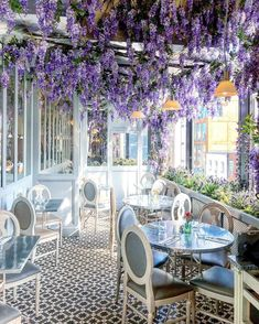 Planning a trip to London? Then dont forget your camera because youll need it to take pictures of these 10 amazingly cute cafes in London. Cafe Shop Design, Coffee Shop Interior Design, Cafeteria Paris, Tea Room Decor, Pub Decor, Spring Cafe, Coffee Shop Aesthetic, Cafe Exterior, Design Commercial