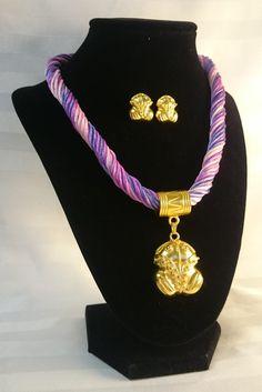 Collar cordon seda morado-fucsia, dije y aretes Rana Precolombina baño 24K de TESOROSPRECOLOMBINO en Etsy
