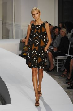 Oscar de la Renta interprets the tribal print trend for the ladylike set, in shapes like this wearable shift. Tribal Fashion, African Fashion, Tribal Trends, Classy Women, Classy Lady, 2014 Trends, Spring Summer Trends, Elegant Woman, Fashion Show