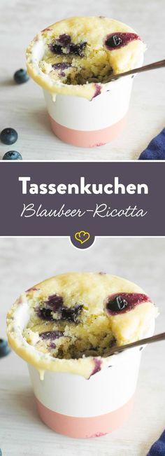 Ricotta macht diesen schnellen Tassenkuchen ganz zart und cremig. Blaubeeren sorgen für eine fruchtig, süße Note.