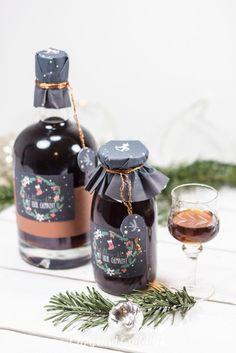 Dieses feine Likörchen ist ein absolutes Muß für Bierliebhaber. Der Likör aus dunklem Bier hat ein lecker-malziges Aroma und schmeckt so lecker, dass Mark und ich immer aufpassen müssen, nicht eine ganze Flasche auf einmal zu trinken. Diesen tollen Likör hat... #ausdrucken #craftbeer #etiketten