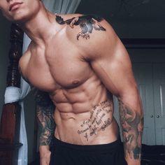 Chico con tatuaje de un águila …
