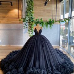 Pretty Quinceanera Dresses, Pretty Prom Dresses, Black Wedding Dresses, Beautiful Dresses, Prom Gowns Elegant, Pretty Outfits, Ball Gowns Evening, Ball Gowns Prom, Ball Gown Dresses