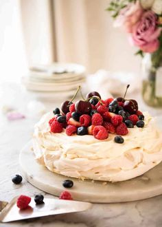 Made So easy, so good. Crisp delicate meringue on the outside and marshmallow on the inside. Classic Pavlova recipe with foolproof tips that make all the difference - perfect Pav, every time! Just Desserts, Delicious Desserts, Dessert Recipes, Yummy Food, Pav Recipe, Recipe Tin, Trifle Recipe, Classic Pavlova Recipe, Pavlova Recipe Best
