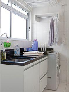 """Esta lavanderia de 4,66 m² está recheada de soluções interessantes. A começar pelo varal, feito sob medida (Molinas). Ele é maior que o modelo-padrão e por isso é motorizado para suportar o peso. """"Em vez de uma lavadora e uma secadora, sugeri uma máquina de lavar e secar"""", diz o arquiteto Marcelo Rosset. Ele também incluiu um cabideiro de 70 x 30 cm e instalou gavetões (Ornare) para separar as roupas sujas das limpas. Boa dica: """"Lave as peças de seda e lã separadamente. Coloque-as em sacos…"""