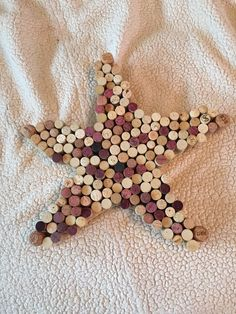 Wine cork starfish - would be cool to have the guests add their corks to finish it. Wine Cork Projects, Bottle Cap Projects, Bottle Cap Crafts, Wine Craft, Wine Cork Crafts, Wine Cork Art, Wine Bottle Corks, Bottles, Beach Crafts