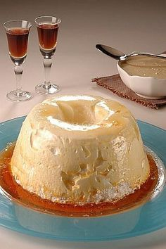 This delicious Pumpkin Roll recipe combines moist pumpkin spice cake and a secre Yummy Treats, Delicious Desserts, Sweet Treats, Yummy Food, Flan, Mexican Food Recipes, Sweet Recipes, No Bake Desserts, Dessert Recipes