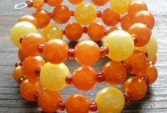 Veľké trblitavé perly v oranžovom a žltom odtieni na pamäťovom drôte, medzi ktorými je červný rokajl so striborným prieťahom (hádže krásne efekty na slnku).  Skvelý doplnok na leto :)) Leto, Fruit, Food, Essen, Meals, Yemek, Eten
