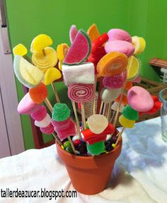 taller de azúcar: Brochetas de Chuches (Ideas Dulces) Candy Party, Party Treats, Candy Kabobs, Sweet Trees, Candy Cakes, Chocolate Bouquet, Edible Arrangements, Candy Bouquet, Valentine Treats