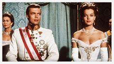 Romy Schneider dans Sissi http://www.vogue.fr/joaillerie/red-carpet/diaporama/diamants-a-l-ecran-films-bijoux-les-hommes-preferent-les-blondes-titanic/16912/image/895701#!sissi-romy-schneider-films-bijoux