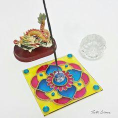 Porta incenso de vidro, tamanho 12x12cm, 3mm de espessura. Pintado em técnica vitral. Ref. 0018