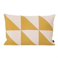 Twin Triangle nennt sich diese tolle Wohnkissen-Kollektion von Ferm Living. Diese Kissen haben einen Überzug aus kräftigem Bio-Baumwollcanvas und eine Füllung aus Daunen und Federn. Neben diesem Modell, das von Dreiecken im angesagten Farbton Curry geprägt wird, ist Twin Triangle auch in zahlreichen anderen Farbkombinationen erhältlich, die neue Akzente am Sofa setzen.
