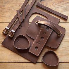 Sacoche – étui horizontal pour boules de pétanque – modèle réf. #PH1-M Leather Bags Handmade, Leather Craft, Leather Pouch, Leather Men, Leather Bag Pattern, Old Suitcases, Bike Bag, Leather Projects, Leather Accessories